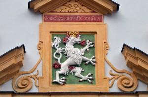 Das Wappentier der Steiermark: Ein flammenspeiender Panther mit roten Hörnern