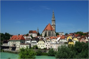 Blick über die Enns Richtung Altstadt mit der Stadtpfarre